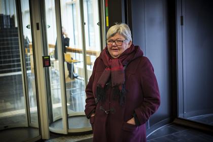 Tone Rønoldtangen på vei inn i arbeids- og sosialdepartementet. Foto: Ole Palmstrøm