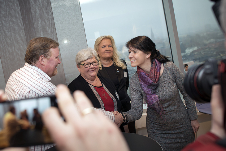 OPPSTART: LO Stats forhandlingsleder Eivind Gran og LO Stats leder Tone Rønoldtangen hilser på Spekters forhandlingsleder Anne-Kari Bratten. I bakgrunnen Lizzie Thorkildsen, forhandlingsleder i YS Spekter.