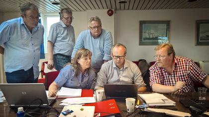 LØSNING: Lise Olsen, forhandlingsleder i LO Stat, går gjennom tilbudet som førte til løsning med fra venstre: Jostein Kleven, Geir Larsen, Tor Erik Granum, Fredrik Oftebro og Eivind Gran.