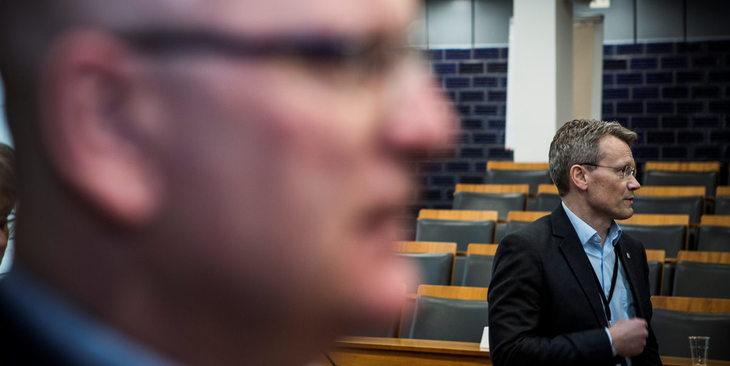 Statens personaldirektør, Gisle Norheim (i forgrunnen) og LO Stats leder, Egil André Aas, står langt i fra hverandre på forhandlingenes første dag.