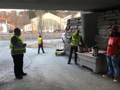 Valgkamp med kaffe og brosjyrer ved Marienborg 27 april