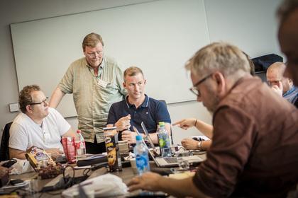 POLET I BOKS: LO Stats forhandlingsleder Eivind Gran, med HKs Christopher Beckham og Helge Storvik, fikk enighet mellom LO Stat og Spekter i lønnsoppgjøret i Vinmonopolet.
