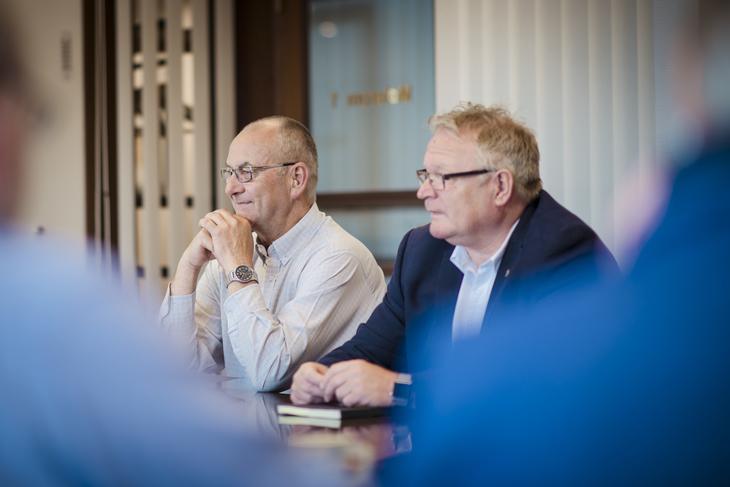 FORNØYDE: LO Stats forhandlingsleder Øystein Gudbrands (t.v.) og NTLs delegasjonsleder Tor Erik Granum koster på seg et smil. Meklingen endte i løsning.