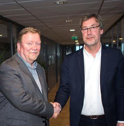 Forhandlingslederne til LO Stat og Spekter, Eivind Gran (t.v.) og Bjørn Skrattegård, har undertegnet den nye hovedavtalen i dag.