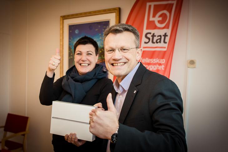 VINNER: LO Stat-sekretær Anniken Refseth og LO Stats leder Egil André Aas har trukket vinneren av iPaden som er vervepremien i januar.