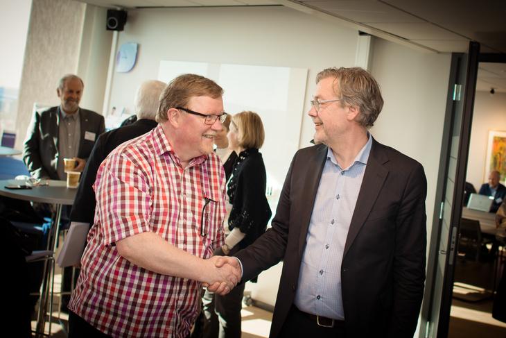 LO Stats forhandlingsleder Eivind Gran håndhilser på Spekters forhandlingsleder Bjørn Skrattegård under åpningen av lønnsoppgjøret i Spekter.