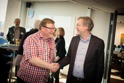LO Stats forhandlingsleder Eivind Gran håndhilser på Spekters forhandlingsleder Bjørn Skrattegård, under åpningen av lønnsoppgjøret i Spekter.