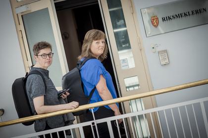 MEKLER: Renèe Rasmussen (t.v.) og Lise Olsen, forhandlingsleder
