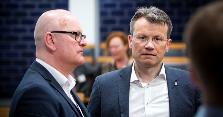 GRUNNLAG: LO Stat-leder Egil André Aas (t.h.) etterlyser bedre statistikk for lønnsutviklinga til statsansatte. Her sammen med statens personaldirektør, Gisle Norheim