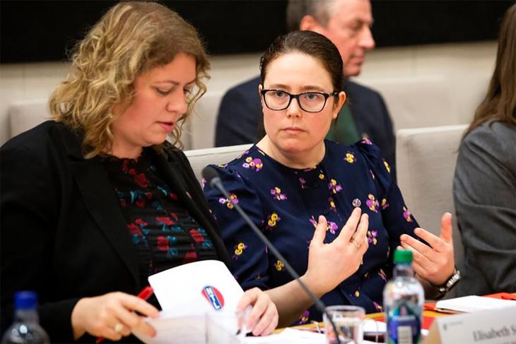 Elisabeth Steen fra NTL Nav og leder i NTL, Kjersti Barsok under høringen i Stortinget.