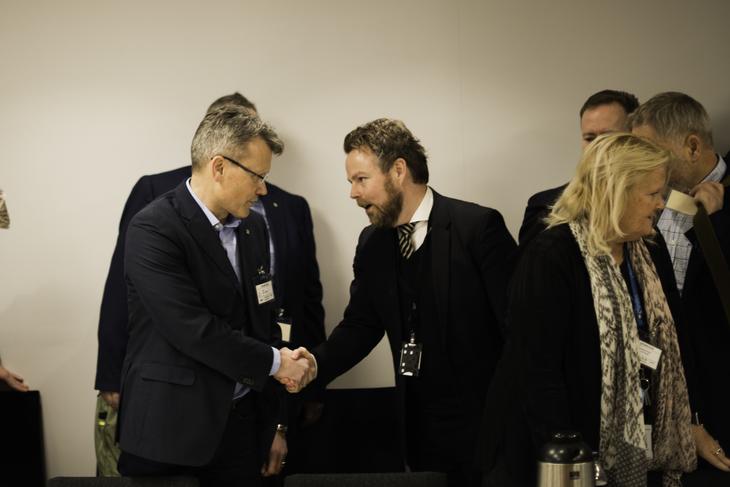 FORHANDLINGER: LO Stats leder Egil André Aas hilser på arbeidsminister Torbjørn Røe Isaksen under oppstarten av forhandlingene om særaldersgrenene i offentlig sektor.