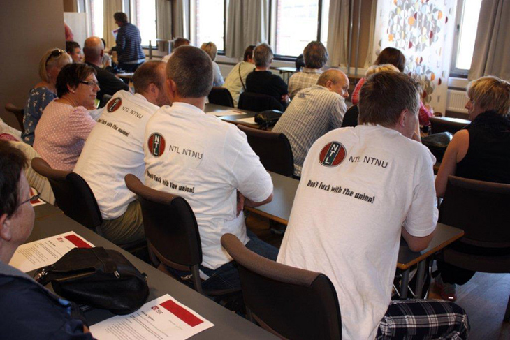KLAR MELDING: Streikende på NTNU med klar melding på T-skjortene sine.
