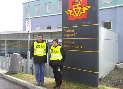 Utenfor Tromsø trafikkstasjon står streikevaktene Paul-Arne Hanssen og  streikekontakt for FLT Wenche Henriksen