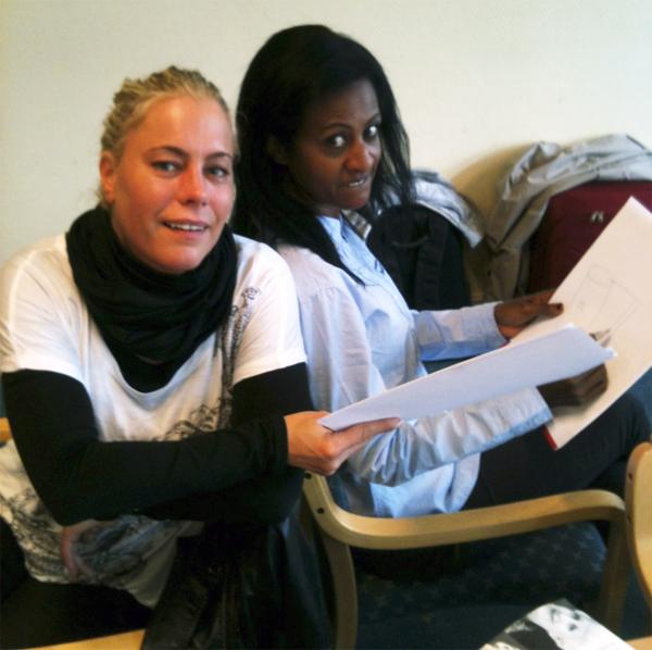 ANTISTRESS: Åse og Helen løser oppgave i stressmestring. (Foto: Jørund Hassel)