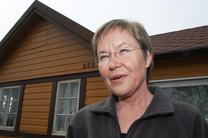 Berit Tolg var den første kvinnelige lederen i LO Stat. Her er hun utenfor kolonihytta på Solvang, rett etter at hun ble pensjonist. Foto: Nina Hanssen