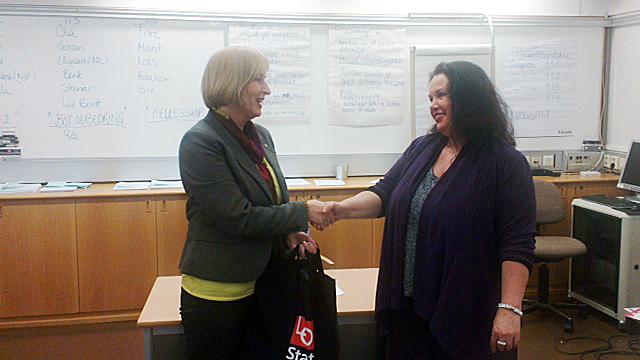 SPENNENDE: Astrid Voll Storaas foreleste om den gode organisasjonskultur og samarbeidsmiljø. Her blir hun takket av Birgit Stav.