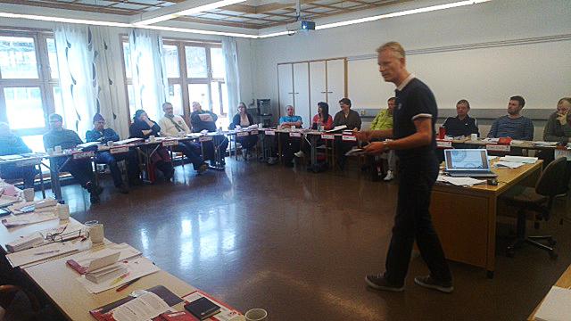 SPILLER OM ARBEIDSLIVET: LO Stats distriktssekretær Vidar Lorang-Larsen er spillsjef når kursdeltagere på Sørmarka spiller spillet om arbeidslivet.