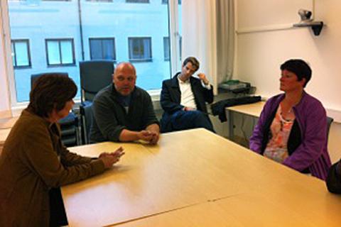 MØTTE LO-LEDEREN: Gerd Kristiansen i samtale med tillitsvalgte Magne Johansen og Anne Lise Løvli ved Nordlandssykehuset (Foto: Mona Fagerheim).