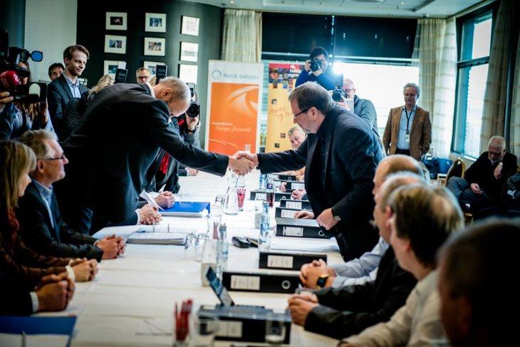 Kravoverrekkelse mellom Norsk Industri og administrerende direktør Stein Lier-Hansen på venstre side av bordet og Fellesfor bundet med forbundsleder Arve Bakke på motsatt side. Foto: Erlend Angelo