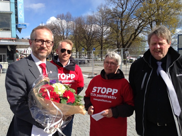 Ivar, Inger-Johanne og Tor  har intervjuet Bård Vegar Solhjell (SV) etter hans tale på Hamar. Foto: Vidar Lorang Larsen