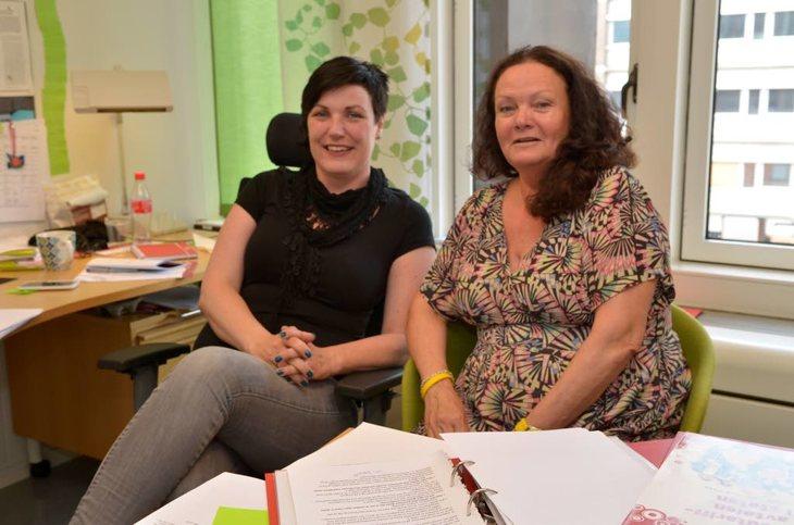 LO Stat-sekretær Anniken Refseth (til venstre) og fagkonsulent Ingrid Myran fra Fellesorganisasjonen vurderer alle søknadene om dispensasjon. Foto: Øystein Bråthen