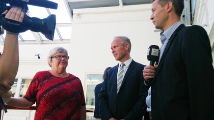 LO Stats leder Tone Rønoldtangen og kommunal- og moderniseringsminister Jan Tore Sanner informerer pressen om resultatet i statsoppgjøret