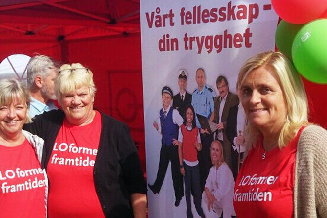 PÅ STAND I ARENDAL: Elin Kristensen fra NTL, Heidi Skurve og Jorun Stallemo fra Postkom