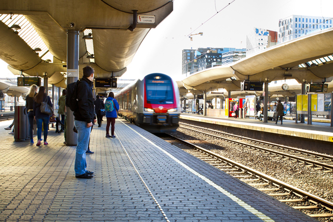 NSB, Oslo S, tog på perrongen. Foto: Ole Palmstrøm