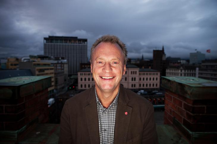 Arbeiderpartiets sekretær Raymond Johansen kan smile fra øre til øre. Han tolker regjeringspartienes popularitetsfall som et tegn på at velgerne ikke liker gammeldags høyrepolitikk. Foto: Morten Hansen