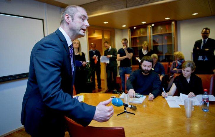 Robert Eriksson, Arbeids- og sosialminister (FrP) legger frem endringer i arbeidsmiljøloven. Foto: Sissel M. Rasmussen