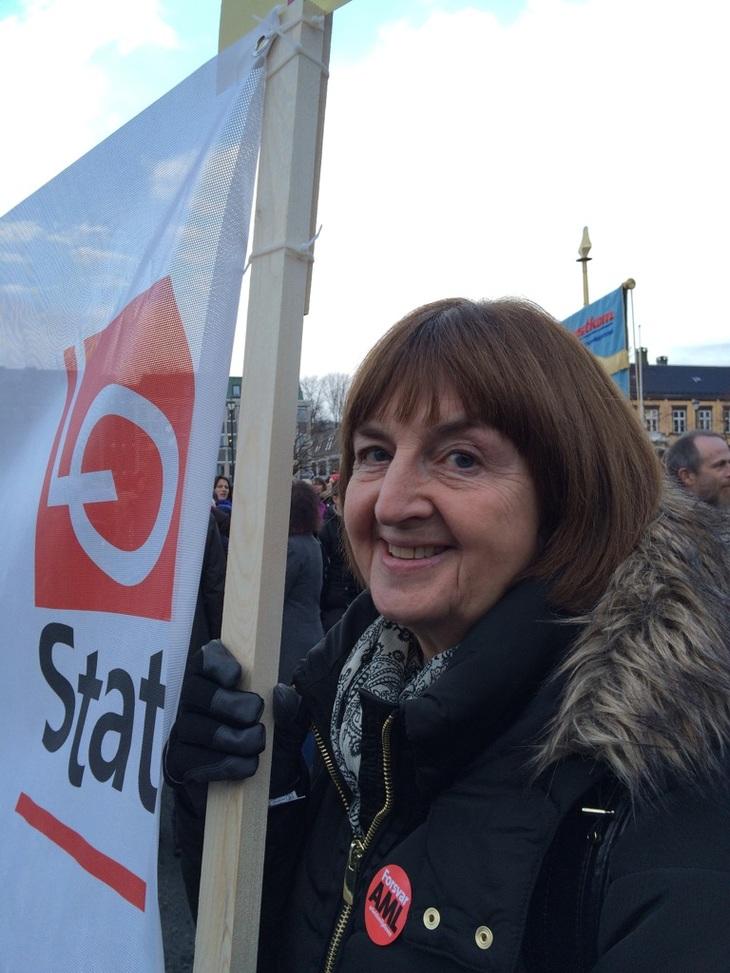 Nå må regjeringa våkne sier Grete Yri Auestad fra Fagforbundet. Stappfullt på torget i Trondheim.