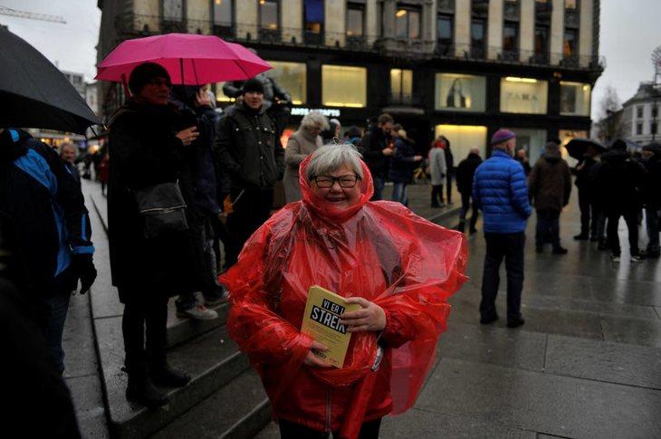 VÅTT: LO Stat-leder Tone Rønoldtangen var klar for streik i surt og kaldt vær. Foto: Anders Hauge-Eltvik