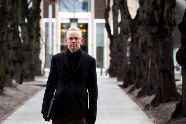 """Eivind Tesaker er jurist og byråkrat. Nå har han skrevet boken """"Departementet - opptegnelser fra et byråkratkontor"""". Der forteller han om en byråkrats hverdag og utviklingen de siste ti årene. Foto: Anette Karlsen"""