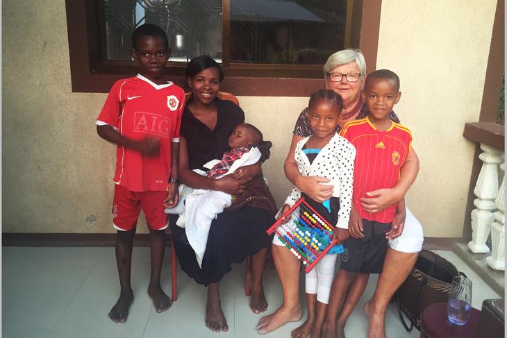 STORFAMILIE: LO Stat-leder Tone Rønoldtangen føler seg som hjemme når hun besøker familien til nevøens kone i Tanzania. Foto: Privat